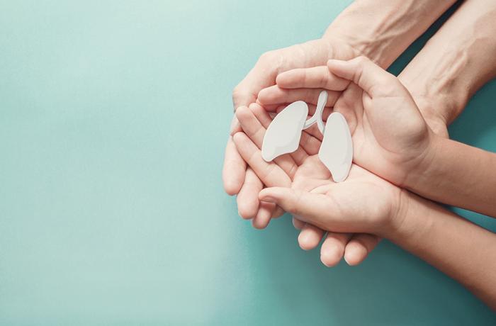 La triple terapia inhalada fija extrafina compuesta de un corticoesteroide, un B2-agonista de larga duración y un antagonsta muscarínico de larga duración, mejora la función pulmonar y reduce las exacerbaciones graves de asma